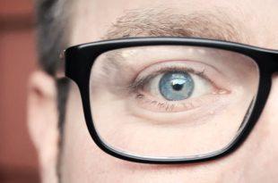 تأثير النظارات الطبية على شكل العين